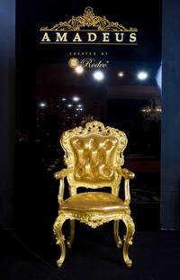 Экспозиция Rodeo/AMADEUS с выставки ISIS (кресло AMADEUS обивка кожа Paillet Oro)